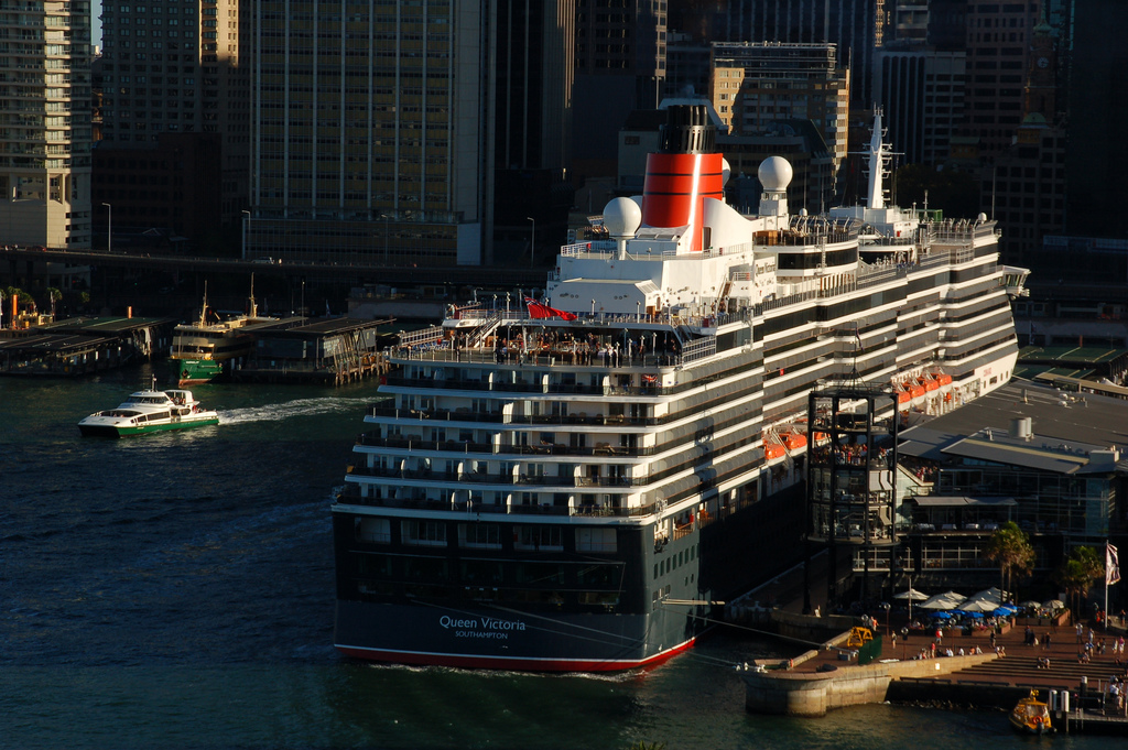 Double Queen Elizabeth 2 And Victoria Cruisers Stunning Photos - Akademi Fantasia Travel