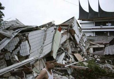 25 Devastative Photos of Indonesia Earthquake September 2009
