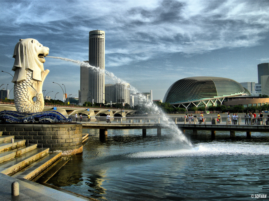 They have a huge-pissing lion statue called Merlion! © http://www.akademifantasia.org